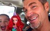 Barbie Bebek ile Oynamak İsteyen Erkek Çocuk