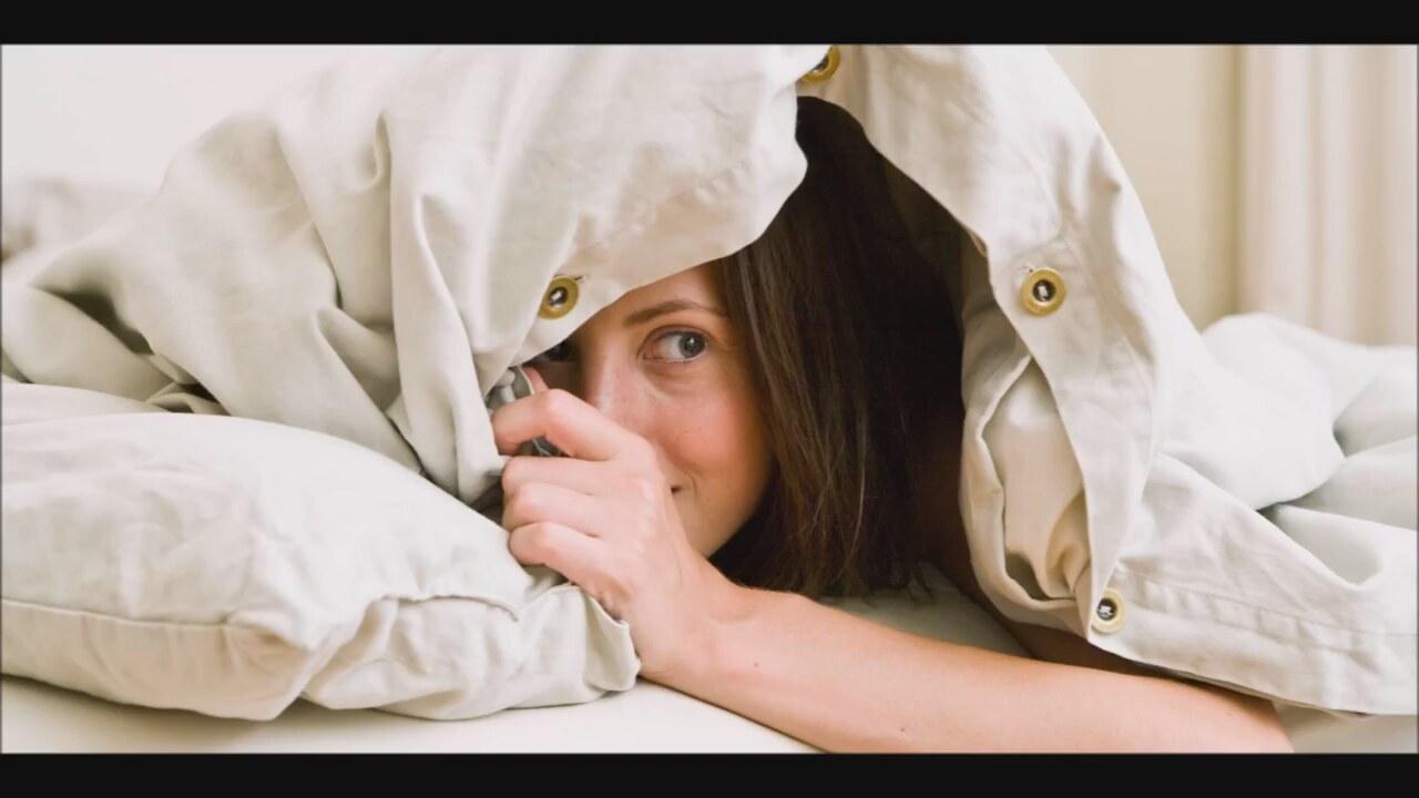 Фото накрыл девушку одеялом