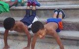 Arkadaşlarını Vücut Çalışma Konusunda Motive Eden Genç Antrenör