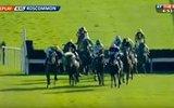 Yarış Sırasında Atın Üzerinden Düşmesine Ramak Kalan Rakibini Kurtaran Jokey