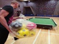 Futbol Toplarıyla Bilardo Oynamak