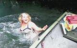 Suya Atlarken Mayosu Kayığa Takılan Kadın