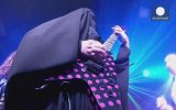 Kara Çarşaflı Elektro Gitarist Gisele Marie