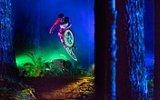 Baş Döndürücü Güzellikteki Tron Stili ile Dağ Bisikleti Sürme Darklight