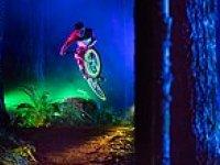 Baş Döndürücü Güzellikteki Tron Stili ile Dağ Bisikleti Sürme: Darklight