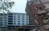 Yanlış Hamleyle İş Makinesinin Üzerine Çöken Bina