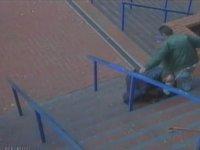 Engelli Adamı Merdivenlerden İten Sarhoş
