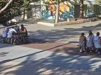 Motosikletten Piknik Masası Yapan Avustralyalılar