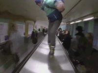 Paris Metro İstasyonunda Paten Kaymak