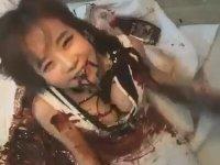 Kendini Çikolata Sosuna Bulayan Koreli Kız
