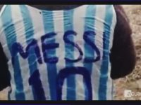 Poşetten Messi Forması Yapan Çocuk