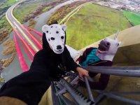 İspanya'nın Köprüsüne Tırmanarak Adrenalin Patlaması Yaşayan Gençler
