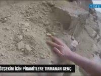 Selfie İçin Piramitlere Tırmanan Genç
