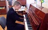 Elsiz Piyano Çalabilen Çocuk