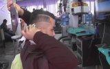 Kendi Saçını Tıraş Edebilen Berber