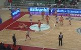 Rakibine Kasti Dirsek Atan Basketbolcu