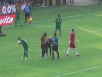 Penaltı Noktasını Gösteren Hakeme Sarılan Futbolcu