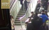 Yürüyen Merdiven Birden Terse Yürümeye Başlayınca Oluşan İnsan Yığını