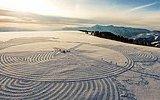 Karlı Dağların Üzerine Ayaklarıyla Şekiller Çizen Sanatçı  Simon Beck