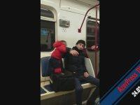 Metroda Dirlik Vermeyen Yılışık Maymun