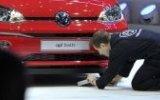 Cenevre Otomobil Fuarında Volkswagen Protestosu