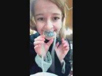 Canlı Ahtapot Yiyen Kız