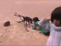 Makinelik Tüfek Kullanan Küçük Çocuk