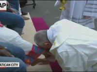 Papa Franciscus'un Göçmenlerin Ayaklarını Yıkayıp Öpmesi