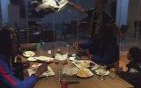 Şangay'ı Trolleyen Gencin Kendince Demba Ba Çıkartması