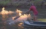 Protesto Amaçlı Metan Gazı Çıkan Nehri Ateşe Vermek