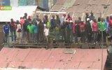 Kenya'da 40 Kişinin Çatıya Çıkınca Aşağı Düşmesi