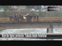 Rize'de Tabut Fırlatmalı İlginç Protesto
