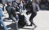 Tek Başına İsyancıların Arasına Dalan Polis  Fransa