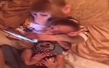Yavrusunu Tablet İle Oyalayan Anne Maymun