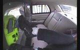 Bir Suçlunun Sürpriz Sonlu Polis Arabasından Kaçma Çabası