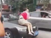 Sigortadan Para Koparabilmek İçin Araba Önüne Çok Kibar Atlayan Kadın