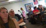 Popüler Şarkıları Kendine Göre Öğrencilerine Yorumlayan Öğretmen