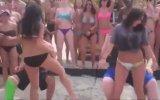 Bikinili Kızlardan Kucak Dansı