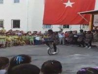 Senegalli Dansçılar Eşliğinde Okul Açılışı Yapmak