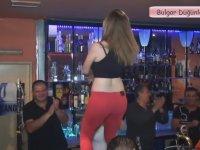 Düğünde Bar Masasında Çıkıp Oynayan Hatun