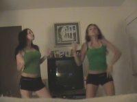 Snap Yo Fingers Şarkısına Klip Çeken Kızlar