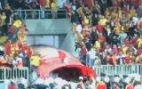 Göztepe  Eskişehirspor Maçında Eskişehirli Oyunculara Saldıran Maganda