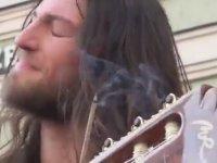 Klasik Gitarı Salya Sümük Ağlatan Adam