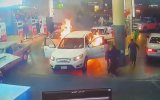 Benzinlikte Bi Anda Yanmaya Başlayan Jeep  Arabistan