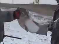 Elleriyle Yaban Tavşanı Yakalayan Avcı