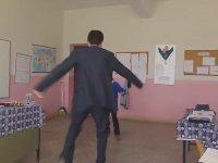 Öğrencisiyle Karşılıklı Ankara Havası Oynayan Öğretmen