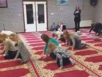 Hollandalı Çocuklara Namaz Kıldırmaya Çalışan İmam