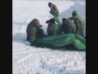 Hakkari'de 3000 Metrede Mehmetçiğin Kar Eğlencesi