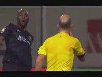 Hakemin Futbolcuya Çarpıp Kırmızı Kart Göstermesi