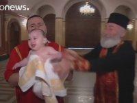 Bulaşık Yıkar Gibi Çocuk Vaftizleyen Ayarsız Papaz